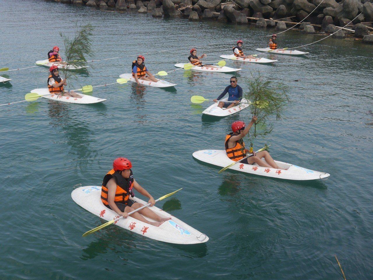 野柳國小小朋友預定8日下午,把做好的竹欉礁,划獨木舟帶出海投到保育區,做為軟絲產...