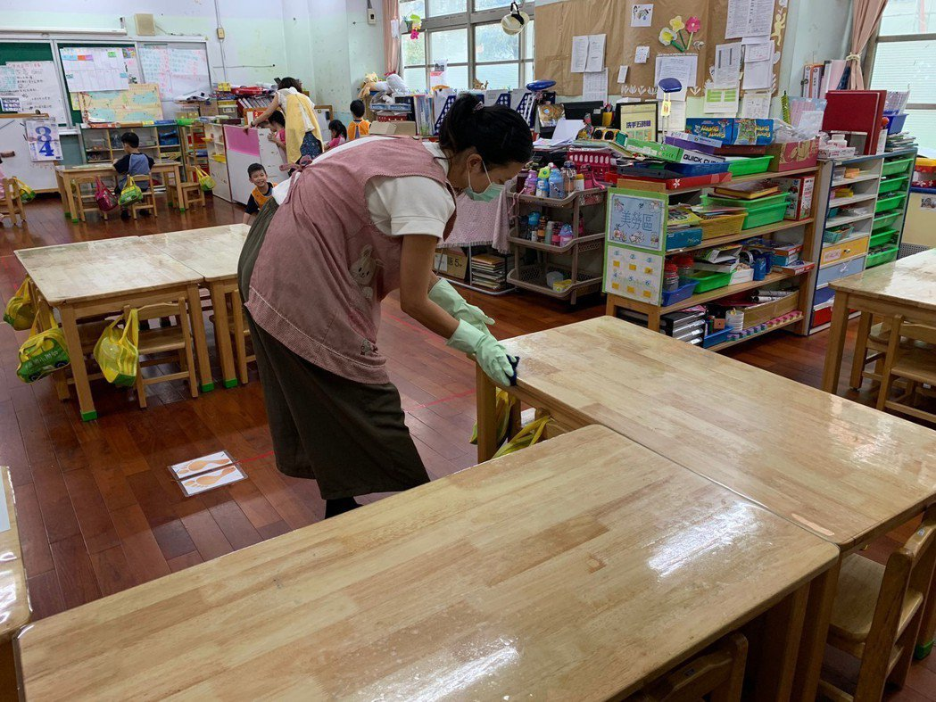 花蓮中原國小幼兒園老師用稀釋過漂白水擦拭桌椅。圖/花蓮縣衛生局提供