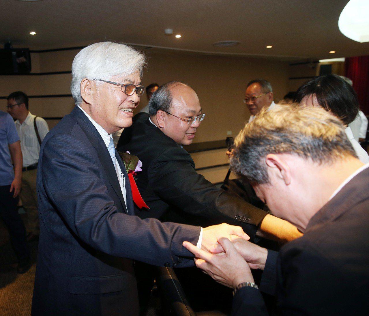 中選會新任主委李進勇(左)向同事致意。 記者邱德祥/攝影
