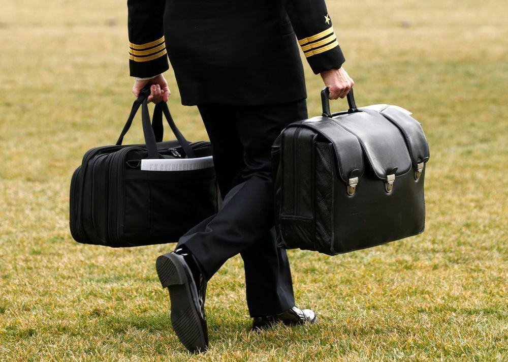 拿著核武發射裝備「足球」的軍事幕僚。(路透)