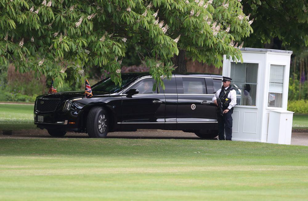 美國總統川普的座車「野獸」3日出現在白金漢宮門口。(路透)