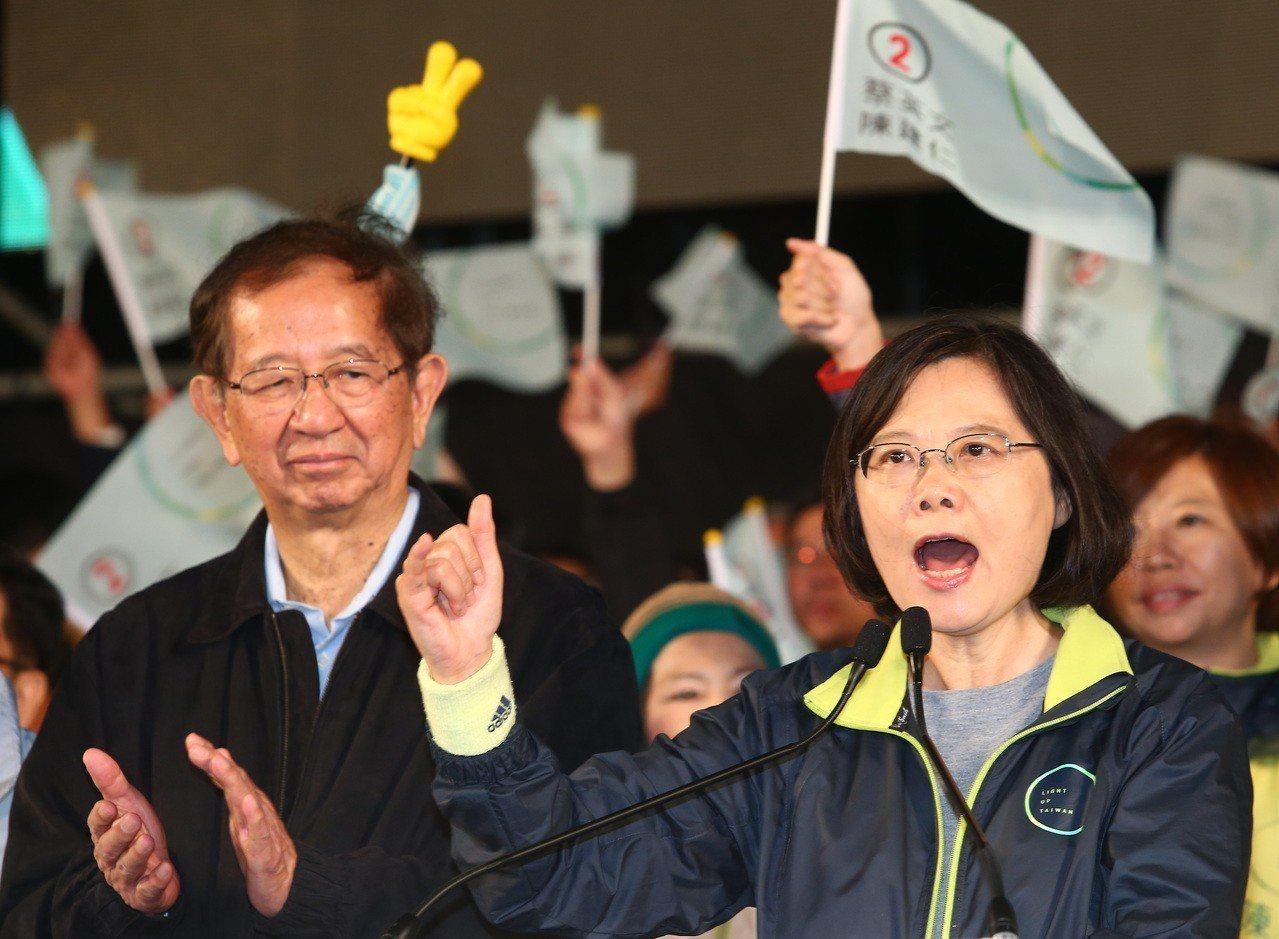 2016年總統大選最後關鍵時刻,中研院前院長李遠哲(左)為蔡英文助選。圖/本報系...