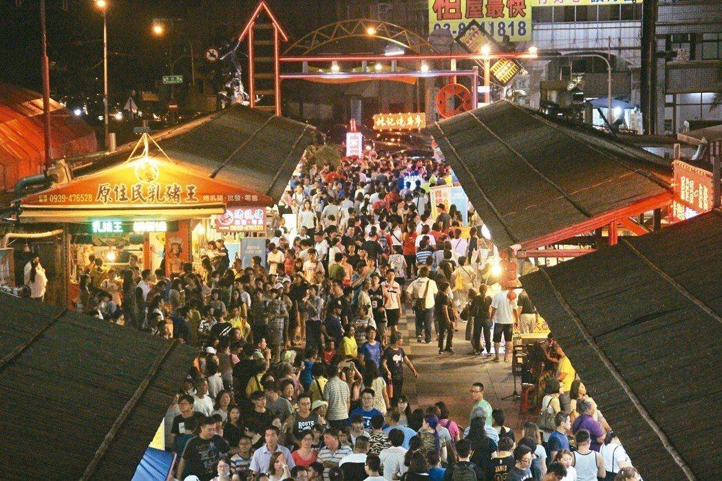 花蓮東大門夜市鄰近六期重劃區,參加完韓國瑜造勢大會後,可以順便逛夜市。 圖/聯合...