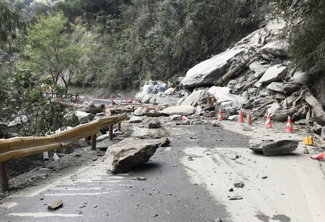 中橫公路時常有落石,公路總局呼籲用路人非必要勿走山路。 圖/聯合報系資料照片