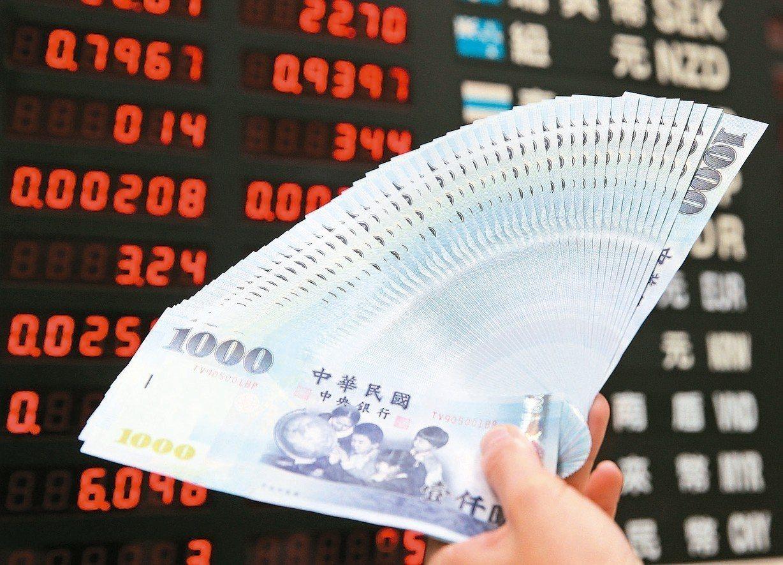 資深匯銀主管說,熱錢匯入力道強勁,新台幣匯率很有機會重返「30」字頭。 本報系資...