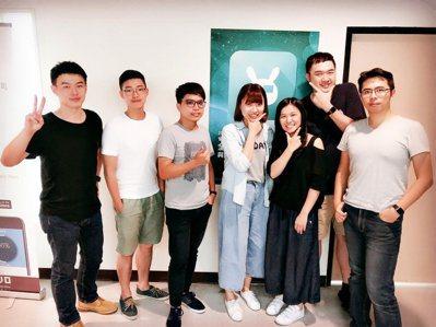 點子科技創辦人鄭宇哲(左)與團隊合影。 報系資料照