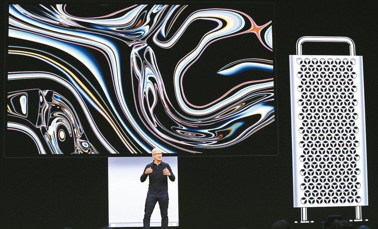蘋果公司執行長庫克3日在蘋果開發商大會上說明新Mac Pro。 路透