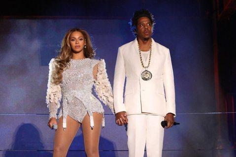 美國雜誌「富比世」今天宣布,饒舌歌手傑斯正式成為嘻哈界的首位億萬富翁,資產保守估計10億美元。他在娛樂圈建立自己的帝國,同時從酒類產品、藝術品和房地產等方面獲利。富比世(Forbes)以傑斯(Jay...