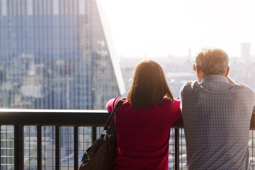一對年收入220萬的夫妻選擇買房,肩上扛1700萬元的房貸,加上孩子花費、保險及...