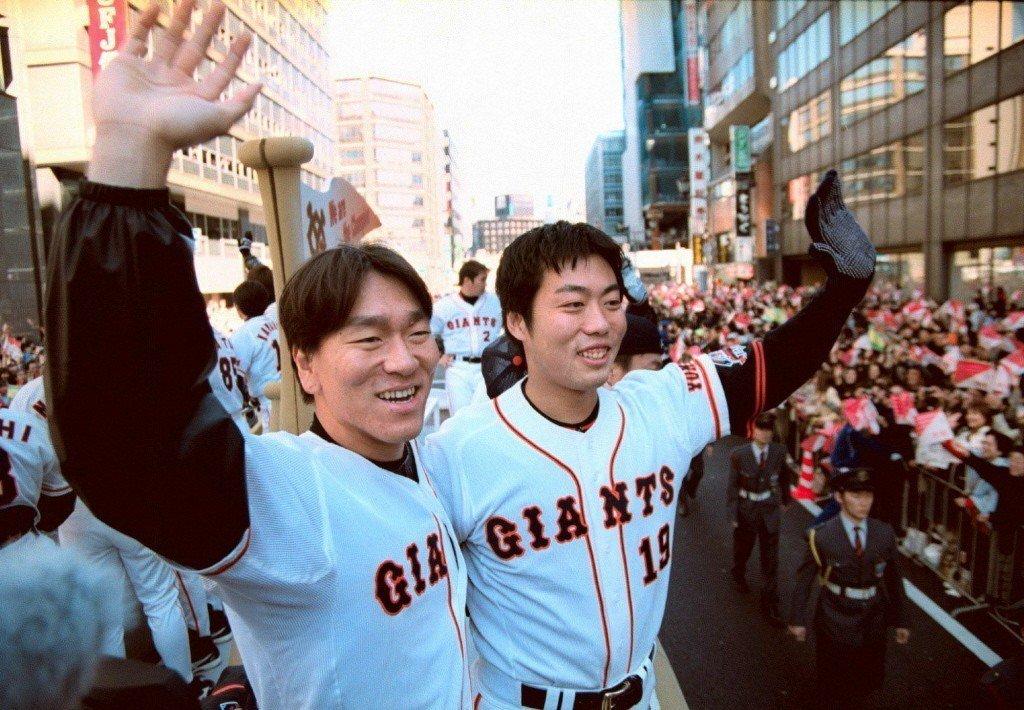 2002年,松井秀喜(左)與上原浩治在封王遊行中向球迷揮手致意。 圖/美聯社