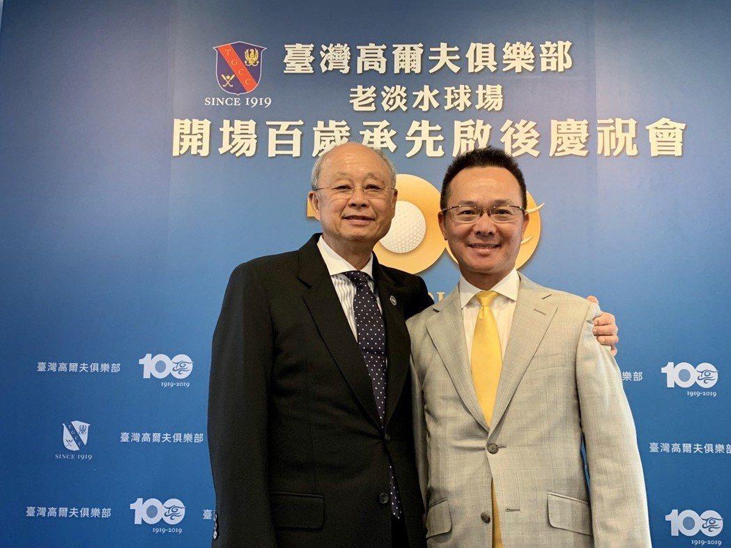中國民國高爾夫協會理事長王政松(右)也以台灣高球大家長身分前往向會長紀文豪(左)...