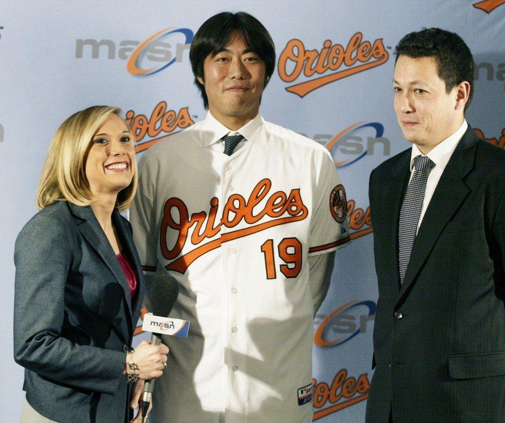 2009年,上原浩治加盟巴爾的摩金鶯記者會,穿上象徵19歲重考年的19號球衣。 ...