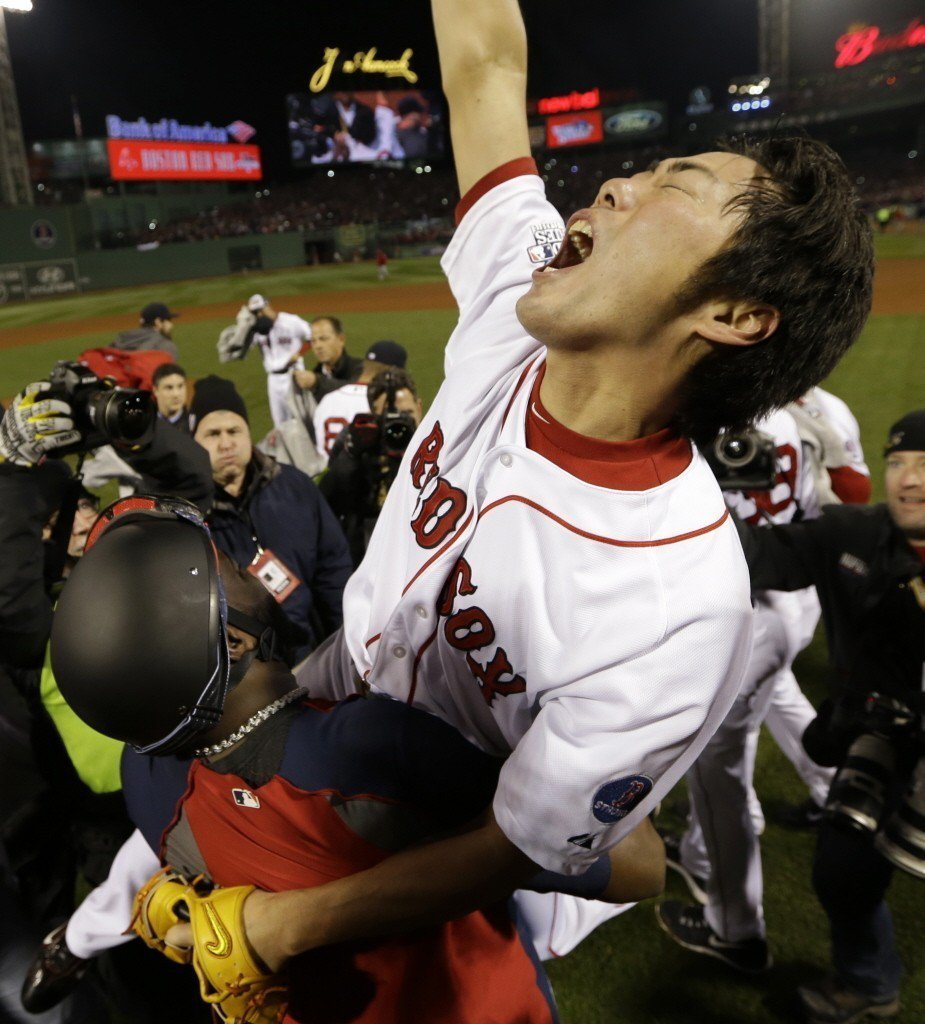 上原浩治(被高舉者)在2013年世界大賽為紅襪隊守下勝利,迎來世界大賽冠軍。 圖...