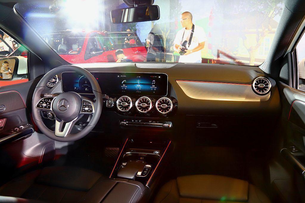 全新賓士B-Class導入與新款A-Class相同一體成型的寬幅螢幕,將駕駛前的...