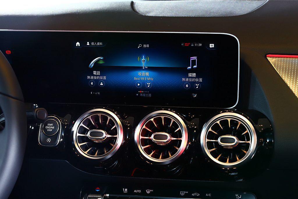 全新賓士B-Class亦搭載Mercedes me connect互聯服務,提供...