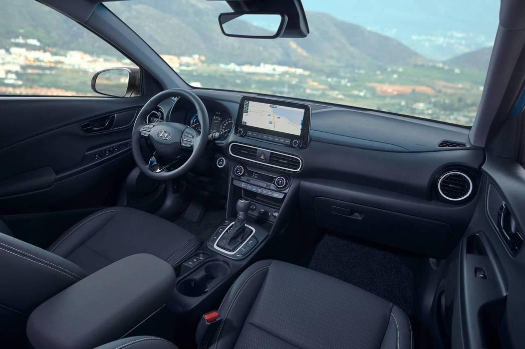 全新Hyundai Kona Hybrid內裝導入10.25吋中控台觸控式螢幕。...