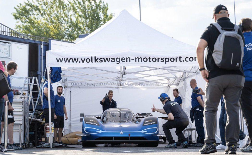 Volkswagen I.D. R在空力套件下了很多功夫。 摘自Volkswag...