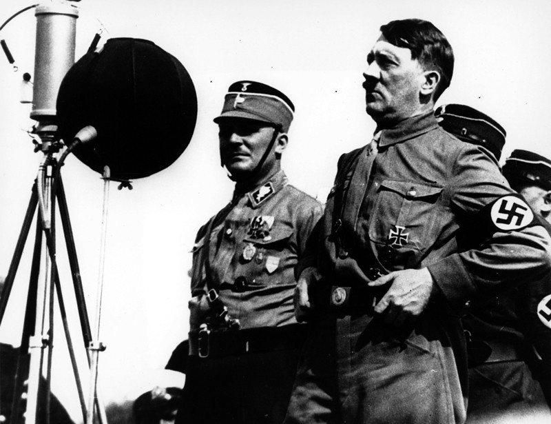 至今仍有許多研究,想了解為何多數德國人在納粹時期對希特勒陷入瘋狂。圖為1933年希特勒對3萬人的納粹部隊進行公開演講。 圖/美聯社