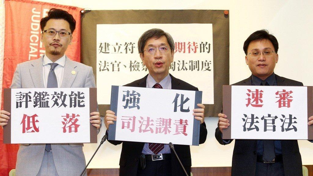 司改會董事長林永頌(中)等人召開記者會,呼籲立法院支持民間版《法官法》草案,強化司法課責,捍衛司法獨立。 圖/聯合報系資料照