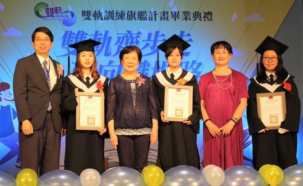 勞動力發展署黃秋桂署長(左三)為雙軌畢業生頒發結訓證書、專業職能證書。 勞動部/...