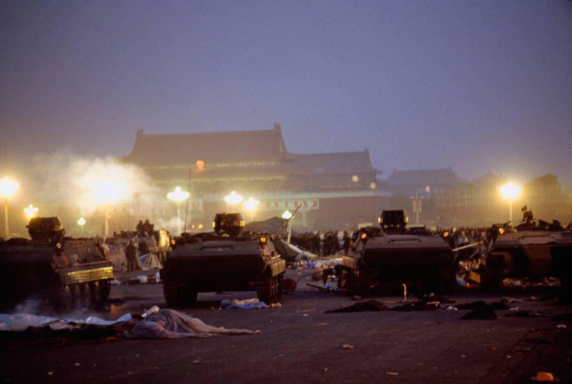 清晨5點半左右,多數人已撤出,6點左右,戒嚴部隊已完全控制天安門廣場;但周邊依然...