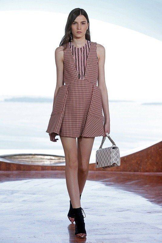 Dior 2015早春太空女郎,漫步泡泡宮。圖/路透
