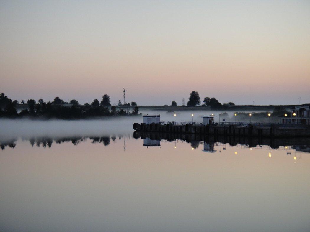 湖面上的煙波,好似仙境。