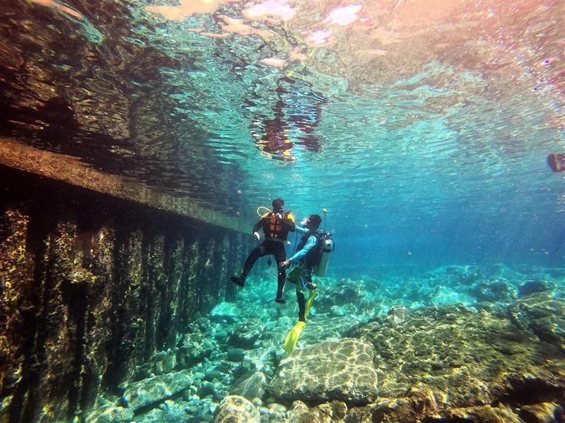 ▲台灣體驗潛水景點-蘭嶼母雞岩。(圖/Tripbaa趣吧!亞洲自由行專家)