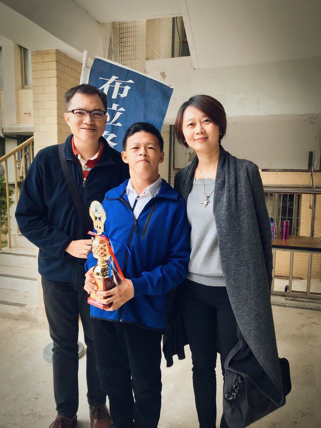 陳彥廷(中)參加布拉格2018年全國音樂大賽榮獲佳作。圖/施佳雯提供