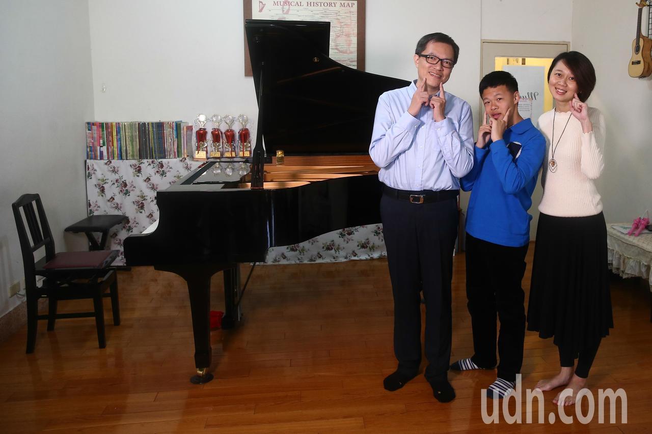陳彥廷(中)與爸爸陳威霖(右)、媽媽施佳雯。記者黃仲裕/攝影