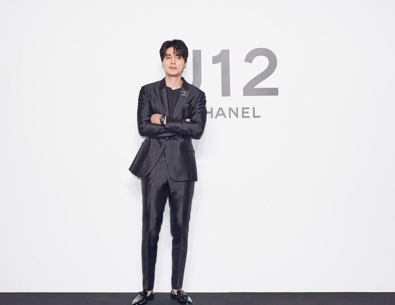 香奈兒品牌大使李棟旭配戴香奈兒黑色J12腕表,18萬5,000元。圖/香奈兒提供