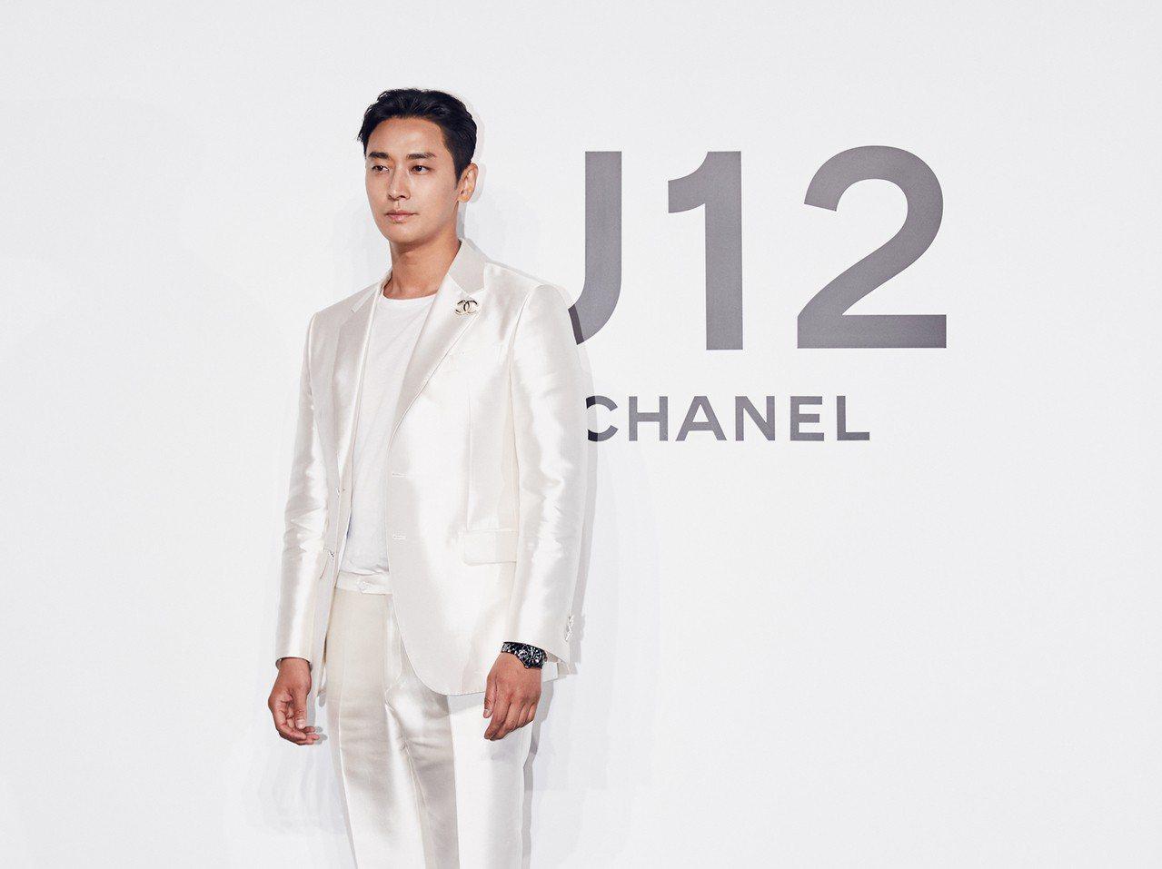 朱智勳配戴香奈兒黑色J12腕表,18萬5,000元。圖/香奈兒提供