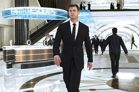 35歲的克里斯漢斯沃在漫威系列電影中飾演雷神索爾走紅全球,想不到他拋下震撼彈,宣布「暫退好萊塢」,會有此決定是為了家人,他表示「我現在只想待在家,和我的老婆、3個孩子在一起」。克里斯漢斯沃2010年...