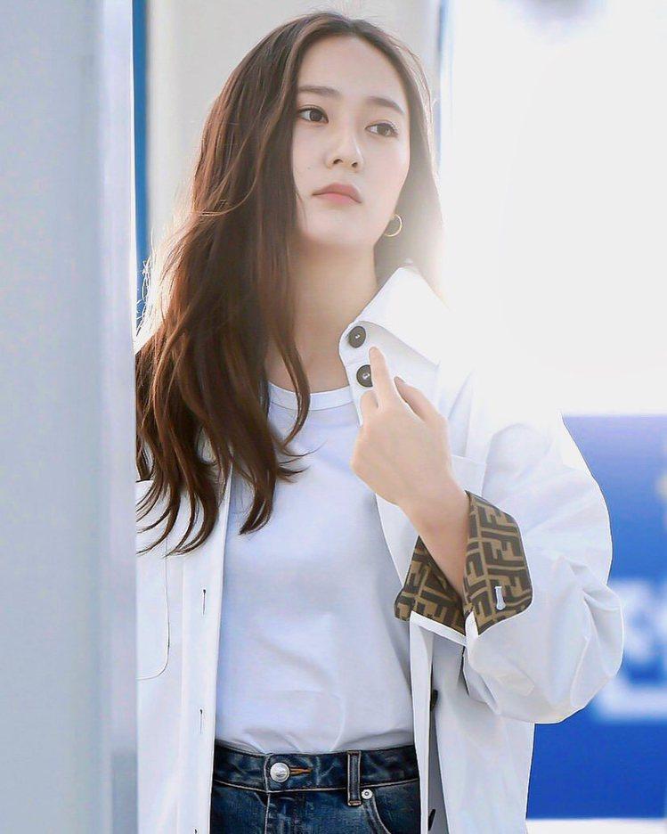 Krystal身穿FENDI早秋系列,展現青春女孩的個性。圖/取自IG