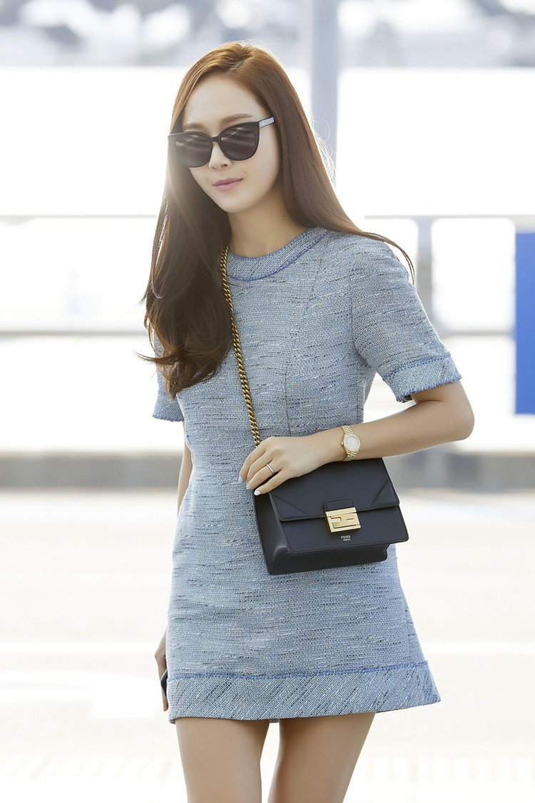 Jessica演繹台灣即將上市的Kan U小型手袋。圖/FENDI提供