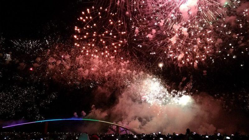 澎湖花火節的煙火,就像在頭頂炸開般近距離。記者楊德宜/攝影