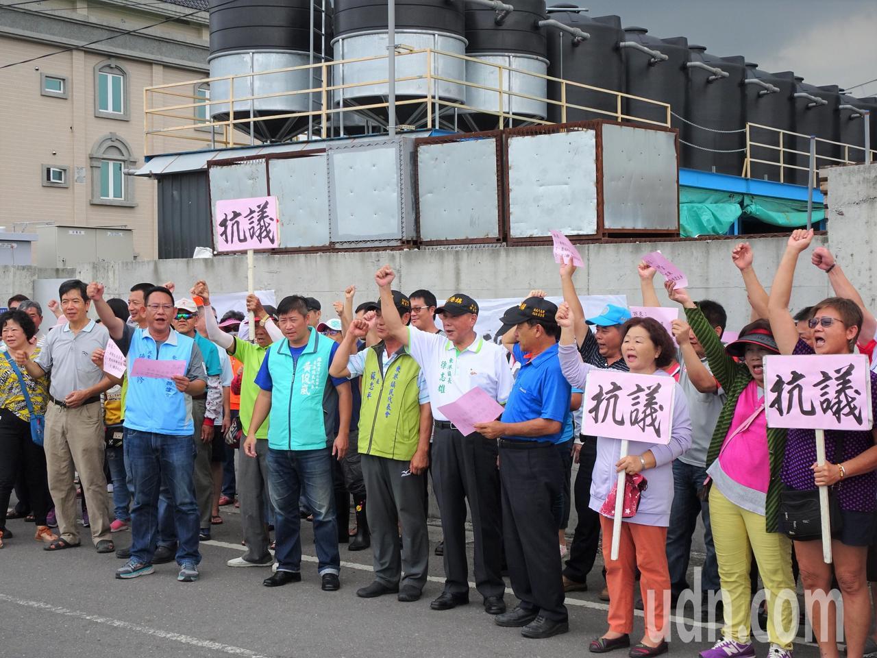 影/肥料工廠飄惡臭 東港鎮民集結抗議:比死老鼠還臭