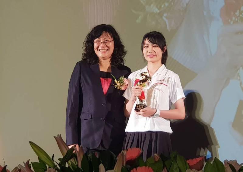 雄女畢業生曾晴(右)獲校長林香吟(左)頒發「斑馬獎」。記者徐如宜/攝影