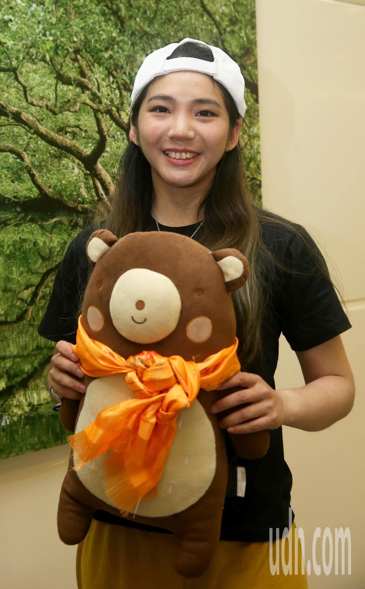 攀登聖母峰成功的詹喬愉,4日中午搭機返抵桃園機場,特別秀出陪伴她入睡的熊布偶。記...