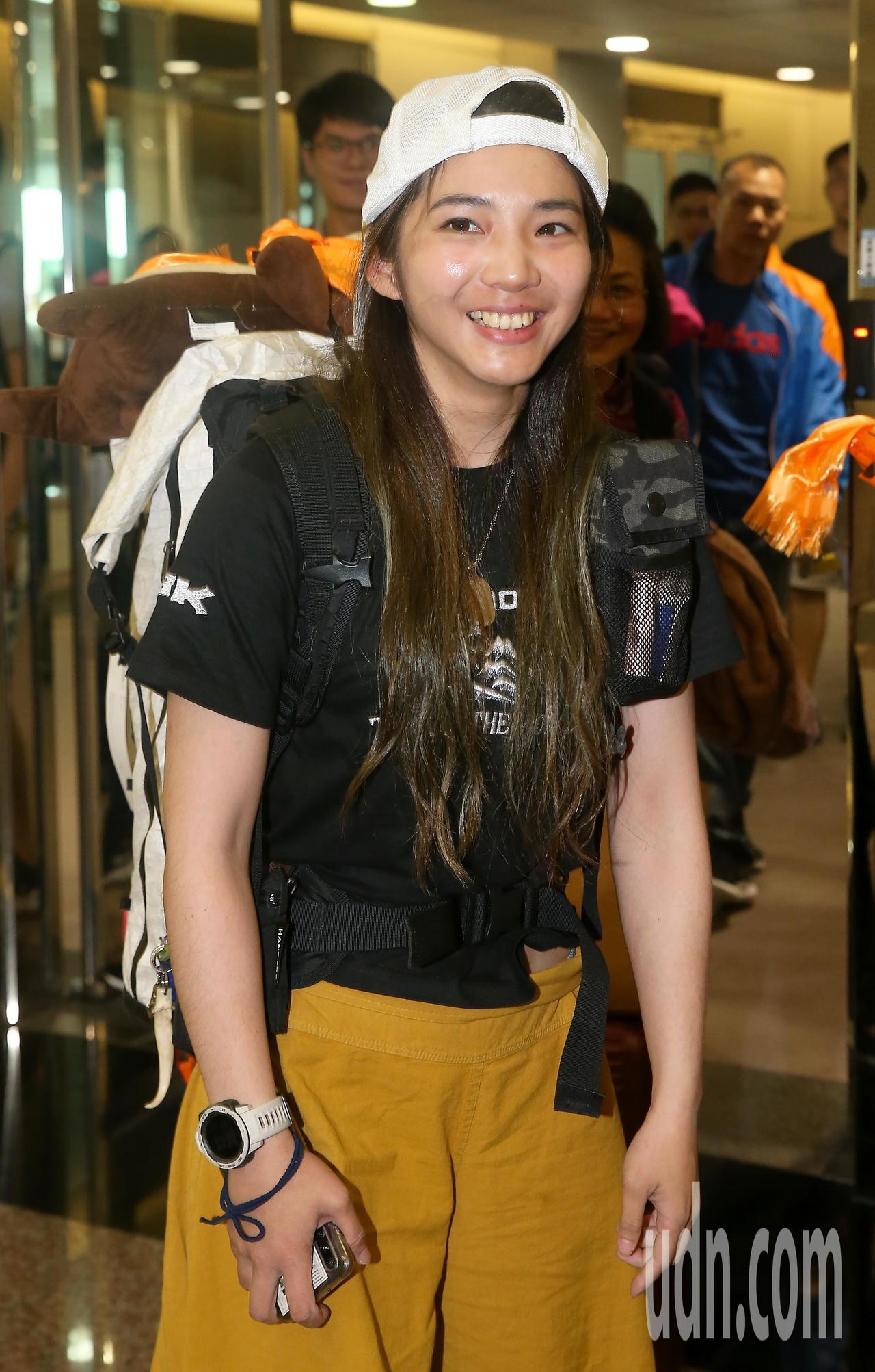 攀登聖母峰成功的詹喬愉,4日中午搭機返抵桃園機場,一下飛機看到媒體記者守候採訪,...