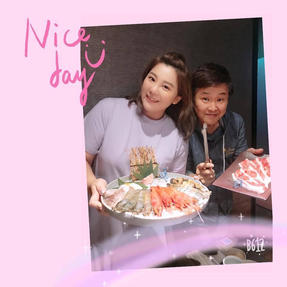 郭婷筠(左)是賀一航的乾女兒。圖/摘自臉書