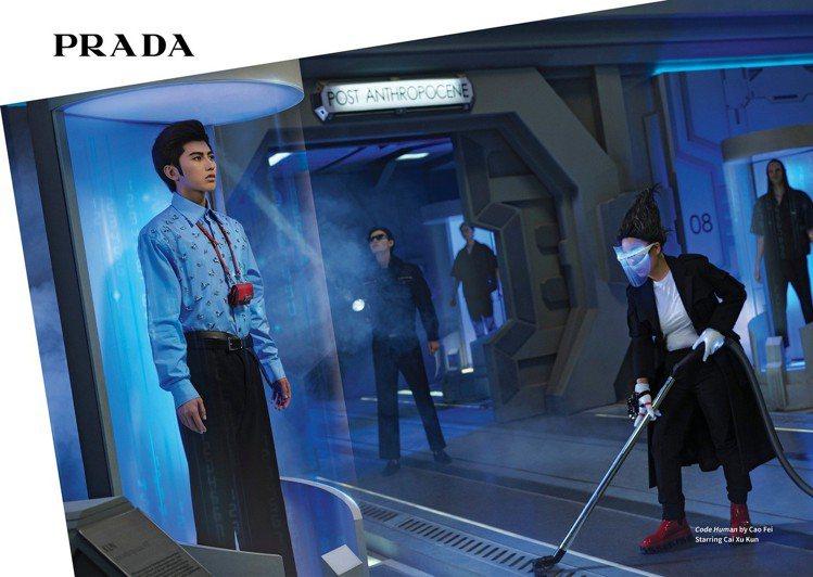 蔡徐坤穿上品牌秋冬男裝系列,化身完美的「人造人」標本,展示於未來人人類博物館中的...