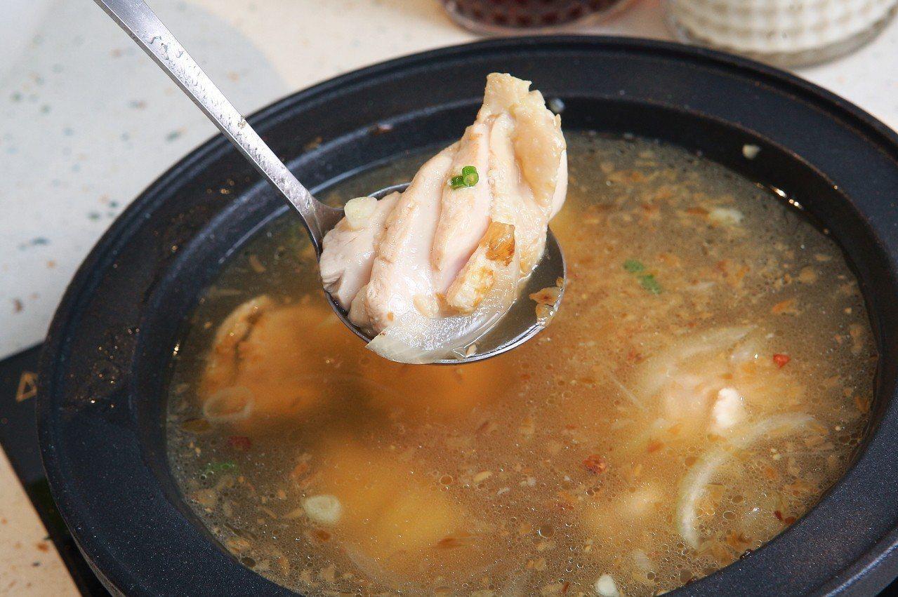 將整塊雞腿排入鍋的「油蔥酥雞腿排鍋」。記者陳睿中/攝影