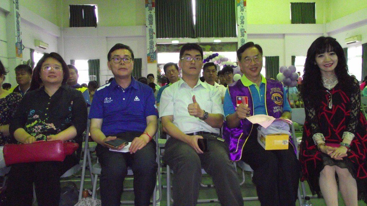 呂朝福(左2)勉勵學生不向逆境低頭永不放棄。記者鄭國樑/攝影
