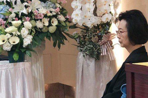作家瓊瑤和皇冠文化集團創辦人平鑫濤結婚40年,去年因為一根鼻胃管,她槓上平鑫濤和前妻林婉珍的子女們,甚至還出書「雪花飄落之前」一訴前朝恩怨,孰料,平鑫濤於5月23日病逝,享壽92歲。瓊瑤5日因故暫不...