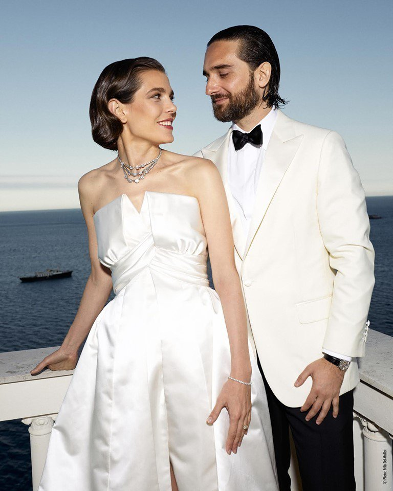 摩納哥王妃葛瑞絲凱莉孫女夏綠蒂卡西拉吉結婚照上配戴的3層鑽石項鍊正是葛瑞絲凱莉的...