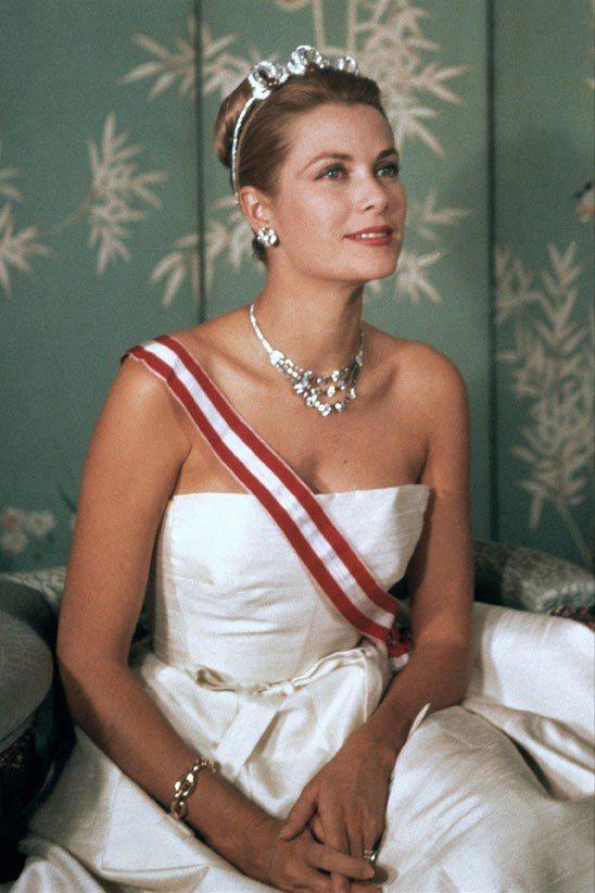 1959年摩納哥皇室發布的官方肖像照上,葛瑞絲凱莉曾經配戴這條鑽石項鍊。圖/摘自...