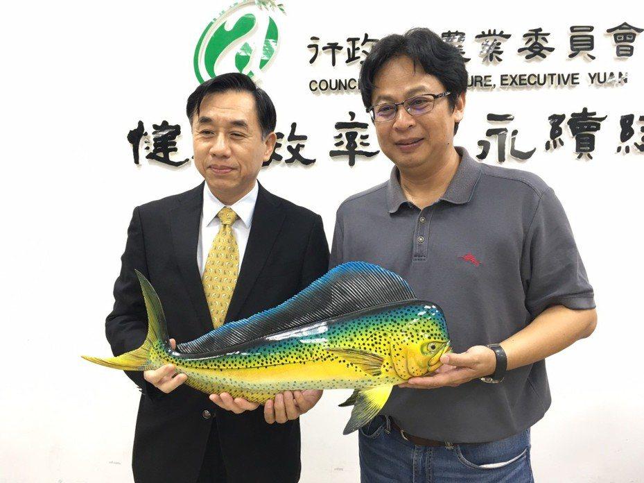 水產試驗所長陳君如(左)及水產試驗所副研究員江偉全(右)拿著鬼頭刀模型。記者吳姿賢/攝影