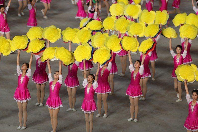 北韓大型團體操和藝術演出《人民的國家》3日晚在平壤五一體育場舉行首場表演,最高領導人金正恩和數萬名觀眾觀看。新華社