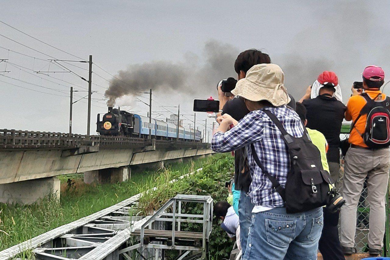有「機關車女王」之稱的CT273蒸汽火車走過蘭陽平原,吸引很多鐵道迷爭相拍照。 ...